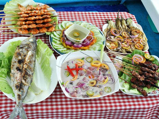 Déjeuner composé de poissons fraichement péchés et de salades