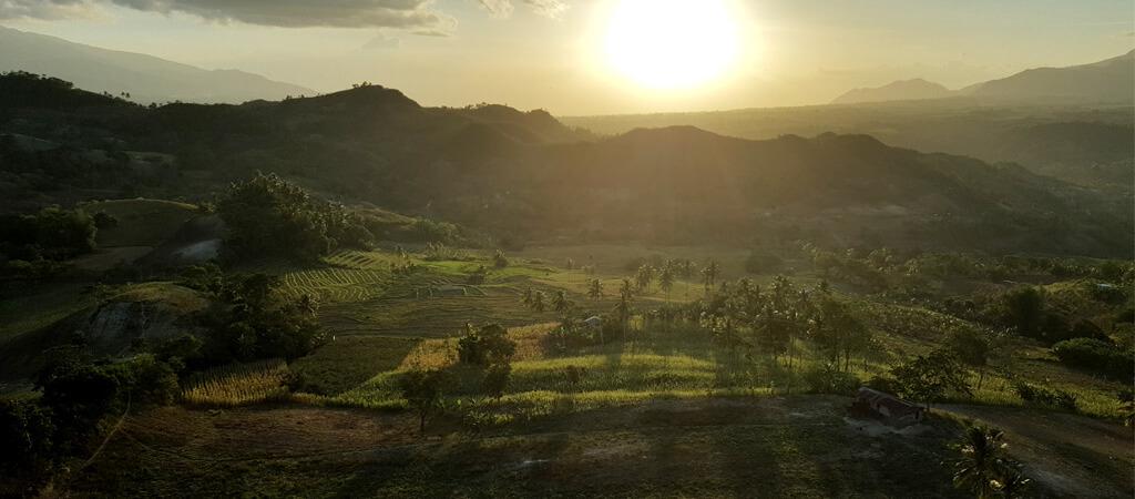 Coucher de soleil magnifique sur les collines aux Philippines