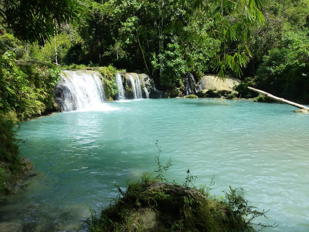 Chute d'eau sur l'île de Siquijor aux Philippines.