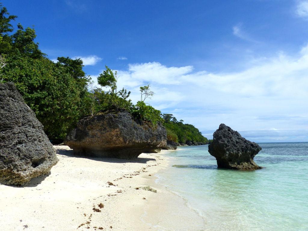 Plage de sable blanc sur l'île de Siquijor aux Philippines.