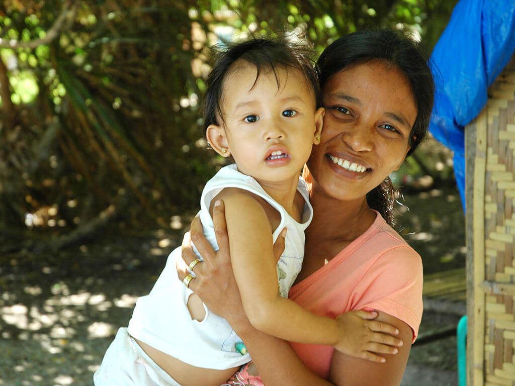 Jeune maman et son enfant à Bohol, Philippines.