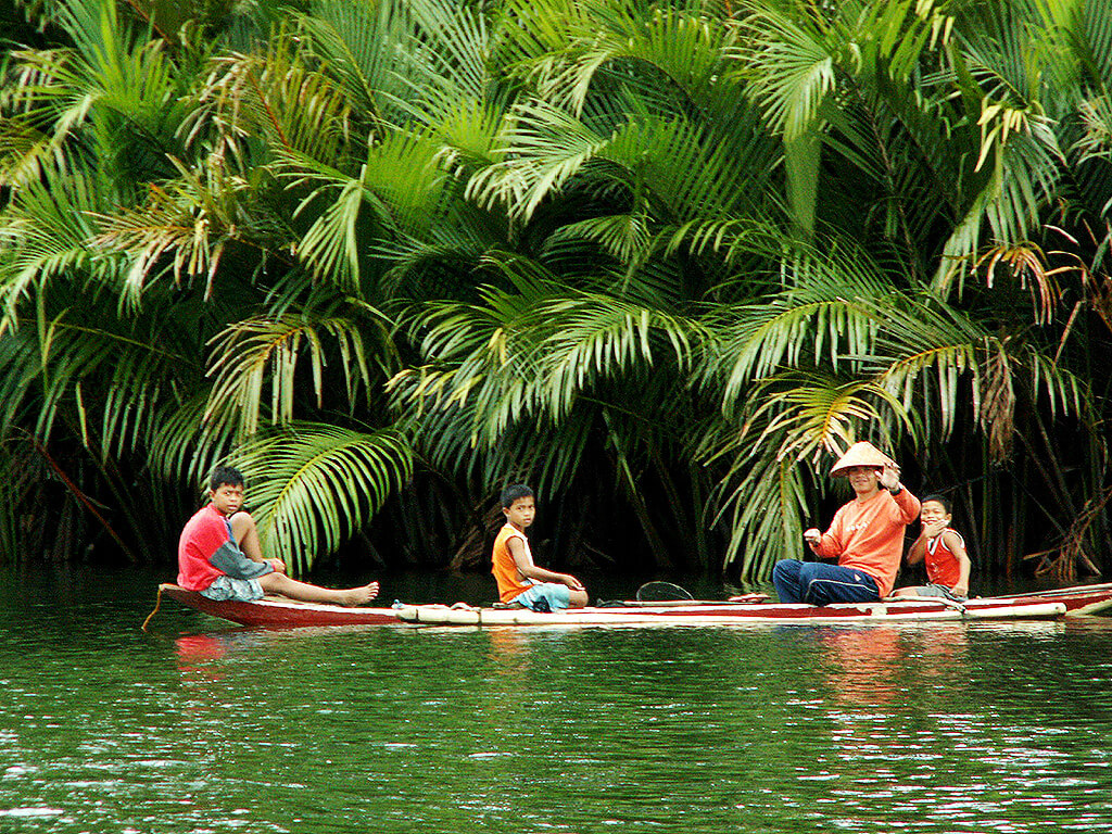 Balade en barque aux Philippines.