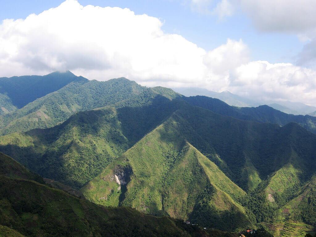 Vue depuis les montagnes à Banaue, écrin des célèbres rizières en terrasses, patrimoine mondial de l'humanité.