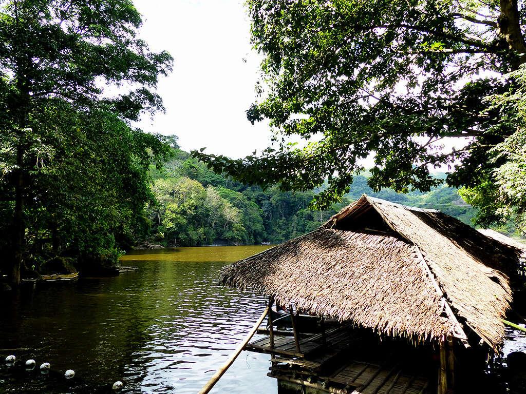 Hutte au bord de l'eau dans les régions de Negros et Apo.