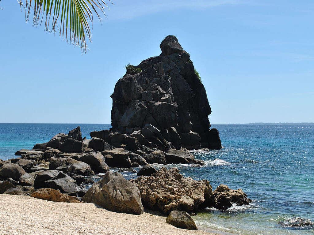 Formation rochueuse en bor de plage à Negros.