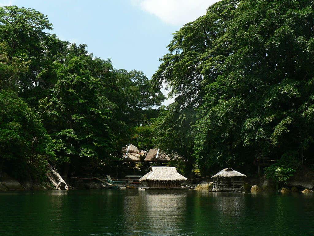 Village au bord de l'eau dans les régions de Negros et Apo.
