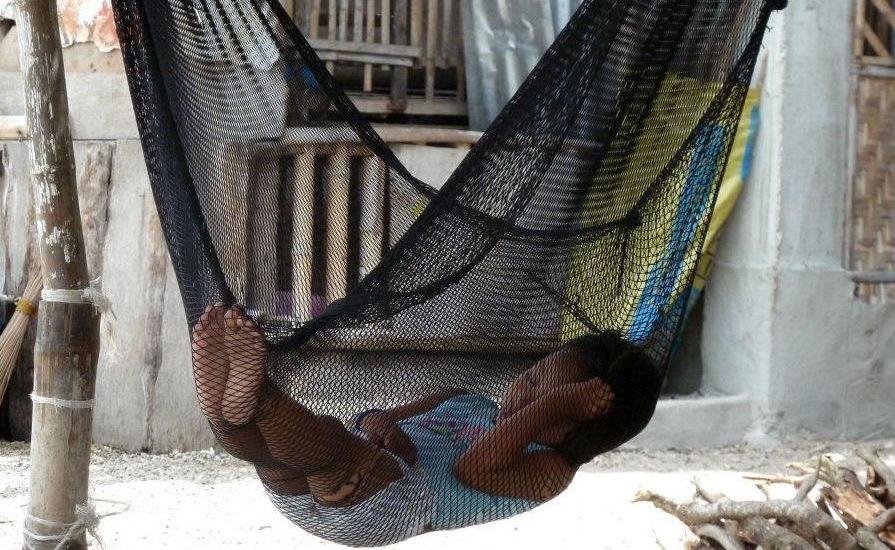 Enfant dormant dans un hamac auc Philippines.