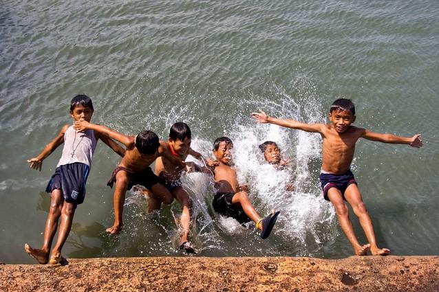 Groupe d'enfants qui s'amusent dans l'eau aux Philippines